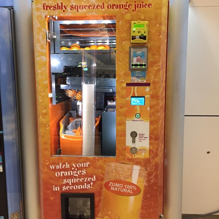 Máquina de Vending de zumo de naranja en el aeropuerto Adolfo Suarez de Madrid