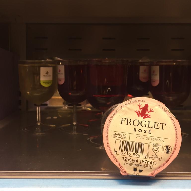 Vinos por copas en Reino Unido en los lineales de frío de un supermercado